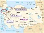 O B�sforo � o estreito que separa a parte Asi�tica de Istambul da parte Europeia. Este estreito � curvil�neo, podendo atingir 650 metros e at� 4,5 km de largura. Sua extens�o � de 35 km. Ele une o Mar de Marmara ao sul ao Mar Negro ao norte. </br></br>Este estreito tamb�m � muito importante politicamente, pois faz o tr�fego naval entre pa�ses da antiga Uni�o sovi�tica e o resto do mundo. O tr�fego de navios e barcos � grande, pois muitos trabalham como �nibus fazendo o transporte de milh�es de pessoas todos os dias de ambos os lados da cidade. </br></br> Palavras-chave: Estreito de B�sforo. Istambul. �sia. Europa. Mar de M�rmara. Mar Negro. Tr�fego Naval. Navios. Transporte.