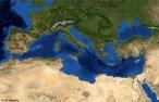 As �guas do Mar Mediterr�neo banham as tr�s pen�nsulas do sul da Europa (Ib�rica, It�lica e a dos Balc�s) e uma da �sia, que se ligam com o Atl�ntico atrav�s do Estreito de Gibraltar, com o Mar Negro (pelos estreitos do B�sforo e dos Dardanelos), e com o Mar vermelho (no canal de Suez). </br></br> Palavras-chave: Mar Mediterr�neo. Continente. Europa. Imagem de Sat�lite.
