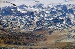 O Himalaia (ou Himalaias) � uma cordilheira asi�tica que separa o subcontinente indiano do vasto planalto tibetano. � uma cadeia da regi�o centro-meridional da �sia, a de maior altitude da Terra. </br></br> Palavras-chave: Cordilheira do Himalaia. Neve. Altitude. Relevo.