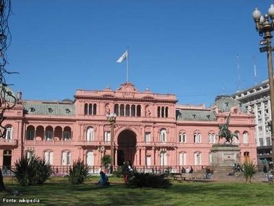 A Casa Rosada é a sede do presidência da República Argentina, em Buenos Aires, assim chamada pela cor aproximadamente rosa. Abriga também o Museu da Casa do Governo, com material relacionado aos presidentes do país. </br></br> Palavras-chave: Casa Rosada. Argentina. Casa do Governo. Política. Mercosul.
