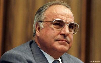 A reunificação alemã, em 1990, significou para Helmut Kohl, o chanceler que mais anos permaneceu no poder em seu país (desde 1986), o ápice de sua trajetória política, pois se tornou o primeiro chanceler da Alemanha reunificada. </br></br> Palavras-chave: Reunificação Alemã. Guerra Fria. Alemanha. Helmut Khol.