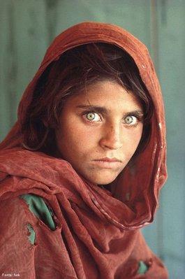 Sharbat Gula foi fotografada quando tinha 12 anos pelo fotógrafo Steve McCurry, em junho de 1984. Foi no acampamento de refugiados Nasir Bagh, do Paquistão, durante a guerra contra a invasão soviética. Sua foto foi publicada na capa da National Geographic em junho de 1985 e, devido a seu expressivo rosto de olhos verdes, a capa converteu-se numa das mais famosas da revista e do mundo. No entanto, naquele tempo ninguém sabia o nome da garota. O mesmo homem que a fotografou realizou uma busca à jovem que durou exatos 17 anos. Em janeiro de 2002, encontrou a menina, já uma mulher de 30 anos e pôde saber seu nome. Sharbat Gula vive numa aldeia remota do Afeganistão, é uma mulher tradicional pastún, casada e mãe de três filhos. Ela regressou ao Afeganistão em 1992. </br></br> Palavras-chave: Conflitos. Refugiados. Cultura. Política. Invasão Soviética.