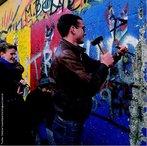 Considerado um dos maiores símbolos da Guerra Fria, o muro deixou de existir em 8 de novembro de 1989. A queda do muro de Berlim simbolizou o desmoronamento do comunismo na Europa Central e Oriental, que começou na Polônia e na Hungria. Confrontado com um êxodo maciço de sua população para o Ocidente, o Governo da Alemanha Oriental abriu as suas fronteiras. Foi a reunificação da Alemanha após mais de 40 anos de separação e a sua parte oriental integrada a CEE em Outubro de 1990. </br></br> Palavras-chave: Guerra Fria. Muro de Berlim. Comunismo. Alemanha. Europa Central.