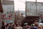 Considerado um dos maiores símbolos da Guerra Fria, o muro deixou de existir em 8 de novembro de 1989. A queda do muro de Berlim simbolizou o desmoronamento do comunismo na Europa Central e Oriental, que começou na Polônia e na Hungria. </br></BR. Confrontado com um êxodo maciço de sua população para o Ocidente, o Governo da Alemanha Oriental abriu as suas fronteiras. Foi a reunificação da Alemanha após mais de 40 anos de separação e a sua parte oriental integrada a CEE em Outubro de 1990. </br></br> Palavras-chave: Guerra Fria. Muro de Berlim. Comunismo. Alemanha. Europa Central.