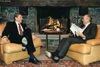 Gorbatchov em um dos seus encontros com o presidente dos Estados Unidos, Ronald Reagan. Mikhail foi o último secretário-geral do Comitê Central do Partido Comunista da União Soviética de 1985 a 1991. As suas tentativas de reforma conduziram ao final da Guerra Fria. </br></br> Palavras-chave: Guerra Fria. Mikhal Gorbatchov. Ronald Reagan. Socialismo. Capitalismo. Estados Unidos. União Soviética. Secretário Geral. Reforma Política e Econômica.