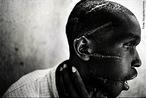 Os tutsis ruandeses refugiaram-se no Uganda após uma insurreição mal sucedida em 1959/62. Os seus filhos invadem o Ruanda nos anos noventa. Os hutus são 85% da população e organizam a defesa. Os hutus possuíam desde 1992 um complexo aparelho de extermínio. O Burundi, país vizinho do Ruanda, tem o seu primeiro presidente hutu Malchior Ndadaye, assassinado em 1993. A Ruanda mergulhou no horror da carnificina étnica em abril de 1994, depois que o avião que levava o presidente Juvenal Habyarimana, da etnia hutu, foi abatido a tiros em Kigali. Em três meses mais de 700 mil tutsis foram chacinados. </br></br> Palavras-chave: Genocídio. Ruanda. Tutsis. Etnia. Cultura. Conflitos. Geopolítica.