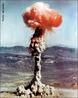 Teste nuclear da França 1968. Uma explosão nuclear de teste é uma experiência que envolve a detonação de uma arma nuclear. </br></br> Palavras-chave: Detonação. Teste Nuclear. Bomba Atômica. Território. Lugar. Geopolítica. Região. Energia. Energia Atômica. Radiotividade. Guerra.