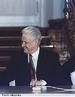 Boris Nikoláievitch Iéltsin (Butka, Sverdlovsk, 1º de Fevereiro de 1931 — Moscou, 23 de abril de 2007) foi um político russo, com um importante papel na história recente da União Soviética e da Federação Russa. </br></br> Palavras-chave: Boris Yestsin. Rússia. URSS. Política. Economia.