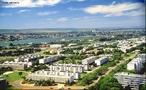 É uma unidade federativa atípica, sendo uma das 27 unidades federativas do Brasil, coexistindo com a capital Brasília, cujos limites estão onde termina o Distrito Federal. A capital foi fundada em 21 de abril de 1960. Foi construída em três anos e dez meses através de um projeto, do presidente Juscelino Kubitschek, de mudança da capital nacional do município do Rio de Janeiro para o centro do país. Até a criação de Brasília, a Capital Federal localizava-se na cidade do Rio de Janeiro, antecedida por Salvador (Bahia). </br></br> Palavras-chave: Dimensão Socioambiental. Econômica. Demográfica e Cultural do Espaço Geográfico. Território. Estado. Lugar. Região Centro-Oeste. Política. Capital Federal. Brasília.