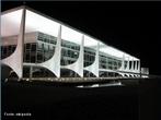 É a sede do Poder Executivo do Governo Federal brasileiro. O edifício está localizado na Praça dos Três Poderes em Brasília, tendo sido projetado por Oscar Niemeyer. O Palácio do Planalto faz parte do projeto do Plano Piloto da cidade e foi um dos primeiros edifícios construídos na cidade. </br></br> Palavras-chave: Poder. Leis. Capital. Brasil. Governo. Política.