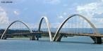 A Ponte Juscelino Kubitschek está situada em Brasília, DF, ligando o Lago Sul, Paranoá e São Sebastião à parte central do Plano Piloto (via L4 e Eixo Monumental). </br></br> Palavras-chave: Ponte. Rodovias. Brasília. JK. Política. Economia.