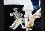 Astronauta, cosmonauta ou taiconauta são palavras que designam as pessoas que pilotam uma espaçonave, ou são passageiros nela, desenvolvendo atividades no espaço exterior. Nos EUA, pessoas que viajarem acima de uma altitude de 80km são considerados astronautas, mas de acordo com a FAI (o resto do mundo baseia-se neste padrão) somente os voos que chegararem a uma altitude superior a 100km são considerados vôos espaciais. </br></br> Palavras-chave: Astronauta. Exploração. Lua. Robô. Satélite. Lançadeira. Espaço. Experiências. Equipe. Poder Econômico. Político. Militar.