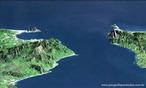Imagem do Estreito de Gibraltar. O estreito de Gibraltar é uma separação natural entre o Mar Mediterrâneo e o Oceano Atlântico, e entre dois continentes - Europa e África. Ao norte, encontram-se a Espanha e o território britânico ultramarino de Gibraltar; ao sul, Marrocos e Ceuta, enclave espanhol no norte da África. A soberania sobre o território de Gibraltar é do Reino Unido, gozando a população de Gibraltar cada vez mais autonomia. </br></br> Palavras-chave: Estreito de Gibraltar. Mar Mediterrâneo. Oceano Atlântico. Europa. África.
