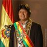 Juan Evo Morales Ayma (Orinoca, Oruro, 26 de Outubro de 1959) é o atual presidente da Bolívia e líder do movimento de esquerda boliviano cocalero, uma federação de agricultores que tem por tradição o cultivo de coca para atender um costume milenar da nação que é mascar folhas de coca. Evo Morales notabilizou-se ao resistir aos esforços desenvolvidos pelo governo dos Estados Unidos da América na substituição do cultivo de coca na província de Chapare por bananas originárias do Brasil, embora seja sabido que grande parte da produção de cocaína mundial advenha das plantações bolivianas. </br></br> Palavras-chave: Evo Morales. Bolívia. América Latina. Política. Produção de Coca. Cocaína. Cultura.
