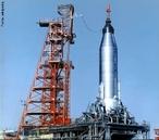 Programa espacial dos Estados Unidos da América designa o programa de exploração, que inclui o desenvolvimento e uso de foguetes, espaçonaves, satélites de comunicação, meteorológicos, espiões e sondas interplanetárias. Constitui dentre os programas espaciais existentes, aquele com o maior orçamento do mundo. </br></br> Palavras-chave: Foguetes. Aeroespacial. Comunicações. Experiências Científicas. Tecnologia. Política. Corrida Espacial.