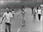 """A palavra genocídio serviu para enquadrar a terminologia adotada pelas Nações Unidas na Convenção sobre o Genocídio, de 9 de dezembro de 1948. Desde então os crimes de genocídio foram tipificados e as punições para eles foram previstas. A convenção da ONU explicitou o genocídio: são atos de genocídio todos os que sejam cometidos com a intenção de destruir, total ou parcialmente, um grupo nacional, étnico, racial ou religioso. Na imagem, crianças fogem de um ataque norte americano no Vietnã em 1972. Foto de Huynh Cong """"Nick"""" Ut. </br></br> Palavras-chave: Genocídio. Cultura. Etnia. Conflitos. Guerra. Vietnã."""