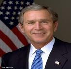George Walker Bush foi o 43º presidente dos Estados Unidos, de 2001 a 2009 e o 46º governador do Texas, de 1995 a 2000. </br></br>Em uma eleição fechada e controversa, Bush foi eleito Presidente em 2000 como o candidato republicano, recebendo uma maioridade dos votos eleitorais. Depois de oito meses de Bush iniciar o seu primeiro mandato como presidente, os ataques terroristas de 11 de setembro de 2001 ocorreram. Em resposta, Bush anunciou uma guerra global contra o terrorismo, ordenou uma invasão ao Afeganistão no mesmo ano, e uma invasão ao Iraque em 2003, promoveu políticas de reforma na economia, saúde, educação, e segurança social. </br></br>Em dezembro de 2007, os Estados Unidos entraram na maior recessão pós-Segunda Guerra Mundial, o que levou a administração de Bush a ter um controle mais direto da economia. A popularidade de Bush declinou drasticamente em seu segundo mandato. Após deixar o cargo, em 2009, na posse de seu sucessor, Barack Obama, retornou ao Texas. </br></br> Palavras-chave: Comando. Poder. Domínio. Presidente. Capitalismo. Guerra. Iraque. Torres Gêmeas.