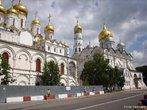 O Kremlin de Moscou é uma fortaleza situada no centro da cidade e que serve de sede do governo da Rússia. Ocupa cerca de 30 hectares e contém vários monumentos no seu interior. </br></br> Palavras-chave: Kremlin. Rússia. Moscou. Cidade. Governo.