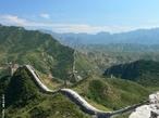 A chamada Muralha da China, ou Grande Muralha, é uma impressionante estrutura de arquitetura militar construída durante a China Imperial. Embora seja comum a ideia de que se trata de uma única estrutura, na realidade consiste em diversas muralhas, construídas por várias dinastias ao longo de cerca de dois milênios. </br></br> Palavras-chave: Dimensão Demográfica. Socioambiental. Território. Lugar. Região. Muralha da China.