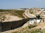 O Muro da Cisjordânia, ou Muro de Israel ou ainda Muro da Palestina é uma muralha que separa Israel da Cisjordânia, sua construção está sendo realizada pelo governo israelense. A muralha começou a ser construída em 2002, durante o governo do primeiro ministro israelense, Ariel Sharon, para evitar a infiltração de terroristas suicidas palestinos em Israel. A iniciativa recebeu críticas da comunidade internacional, que considera o muro como um símbolo de segregação. O Tribunal Internacional de Justiça de Haia o declarou ilegal em 2004, pois a barreira corta terras palestinas e isola cerca de 450.000 pessoas. </br></br> Palavras-chave: Muro da Palestina. Muro de Israel. Ariel Sharon. Segregação. Terroristas.
