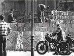 Berlim, 13 de agosto de 1961. Em questão de horas, uma barreira passou a dividir os setores leste e oeste da cidade. Nascia o que ficou conhecido como Muro de Berlim. Nesse dia a população de Berlim foi despertada por barulhos estranhos, exagerados. Ao abrirem suas janelas, depararam-se com um inusitado movimento nas ruas a sua frente. Vários Vopos, os milicianos da RDA (República Democrática da Alemanha), a Alemanha comunista, acompanhados por patrulhas armadas, estendiam de um poste a outro um interminável arame farpado que alongou-se, nos meses seguintes, por 37 quilômetros adentro da zona residencial da cidade. Enquanto isso, atrás deles, trabalhadores desembarcavam dos caminhões descarregando tijolos, blocos de concreto e sacos de cimento. Ao tempo em que algum deles feriam o duro solo com picaretas e britadeiras, outros começavam a preparar a argamassa. Assim, do nada, começou a brotar um muro, o Mauer, como o chamavam os alemães. </br></br> Palavras-chave: Muro de Berlim. Alemanha. Comunismo. RDA. Guerra Fria.