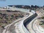 O Muro da Cisjordânia, ou Muro de Israel ou ainda Muro da Palestina é uma muralha que separa Israel da Cisjordânia, sua construção está sendo realizada pelo governo israelense. A muralha começou a ser construída em 2002, durante o governo do primeiro ministro israelense, Ariel Sharon, para evitar a infiltração de terroristas suicidas palestinos em Israel. A iniciativa recebeu críticas da comunidade internacional, que considera o muro como um símbolo de segregação.O Tribunal Internacional de Justiça de Haia o declarou ilegal em 2004, pois a barreira corta terras palestinas e isola cerca de 450.000 pessoas. </br></br> Palavras-chave: Muro da Palestina. Muro de Israel. Ariel Sharon. Segregação. Terroristas.