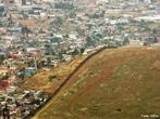 O muro na fronteira entre os EUA e o México é um muro de segurança, construído pelos Estados Unidos, em parte da sua fronteira com o México. O seu objetivo é impedir a entrada de imigrantes ilegais, sobretudo mexicanos e centro-americanos procedentes da fronteira sul, em território norte-americano. </br></br>A sua construção teve início em 1994 com o programa anti-imigração-ilegal conhecido como Operação Guardião. Atualmente é formado por vários quilômetros de extensão na fronteira de Tijuana–San Diego. O muro inclui três barreiras de contenção, iluminação de alta intensidade, detectores de movimento, sensores eletrônicos e equipes de visão noturna que se comunicam via rádio com a polícia de fronteira dos Estados Unidos, bem como vigilância permanente com veículos e helicópteros armados. </br></br> Palavras-chave: Muro dos EUA-México. Fronteira. Imigrantes. Operação Guardião. Imigração Ilegal. Qualidade de Vida. Países. Desenvolvimento. Subdesenvolvimento.