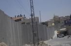 O Conflito israelo-palestino é a designação dada à luta armada entre israelenses e palestinos, sendo parte de um contexto maior, o conflito árabe-israelense. </br></br> Palavras-chave: Dimnesão Demográfica do Espaço Geográfico. Território. Lugar. Região. Conflitos. Muro Palestina X Israel.