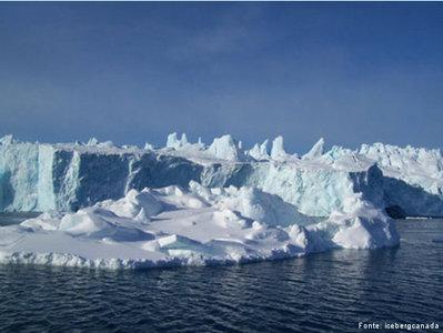 Os <em>icebergs</em> são pedaços de gelo que se desprendem de um bloco de gelo maior ou geleiras. Eles podem medir quilômetros: o que a gente vê na superfície não é tudo, a maior parte do <em>iceberg</em> fica dentro da água. Ele é formado por água doce que fica congelado em geleiras e quando se solta, navega pelo mar gelado sem destino. A Antártica e a Groenlândia são os principais pontos onde se formam <em>icebergs</em>. </br></br> Palavras-chave: Iceberg. Água. Mar. Antártica, Groelândia. Gelo. Geleiras.