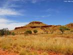 A Austrália Ocidental é o maior estado do país, compreendendo um terço do continente. Interessantes variações na paisagem incluem <em>Kimberley</em>, no extremo norte do estado, uma área selvagem e inóspita, com uma costa sinuosa e impressionantes desfiladeiros. O <em>Pilbara</em>, a noroeste, é uma magnífica região de desfiladeiros e rochas ancestrais. Nessa região encontramos o parque nacional <em>Millstream-Chichester</em>. </br></br> Palavras-chave: Austrália. Paisagem. Parque Nacional Millstream-Chichester. Desfiladeiros. Rochas.