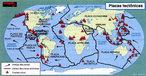 Vulcão é uma estrutura geológica elevada e cônica, criada quando magma, gases e partículas quentes (como cinzas) escapam para a superfície terrestre. Eles lançam alta quantidade de cinzas, gases e aerossóis na atmosfera, podendo causar resfriamento climático temporário. São frequentemente considerados causadores de poluição natural. No mapa são mostrados os limites das placas tectônicas e os vulcões. </br></br> Palavras-chave: Vulcão. Magma. Superfície Terrestre. Atmosfera. Poluição Natural.