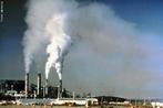 Resíduo industrial, vulgarmente chamado de lixo industrial, é o resíduo proveniente de processos industriais. É muito variado o processo de produção industrial, o que gera grande variedade de resíduos sólidos, líquidos e gasosos. Diferentes são as indústrias e também os processos por elas utilizados e assim os dejetos resultantes, alguns podem ser reutilizados ou reaproveitados. Muito do refugo das indústrias alimentícias são utilizados como ração animal. </br></br> Por outro lado, o das que geram material químico são bem menos aproveitados por apresentarem maior grau de toxicidade, elevado custo para reaproveitamento (reciclagem), exigindo, às vezes, o uso de tecnologia avançada para tal.  </br></br>  Palavras-chave: Dimensão Demográfica. Econômica. Política. Território. Lugar. Região. Países. Indústria. Industrialização.