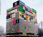 Poluição visual é o excesso de elementos ligados à comunicação visual (como cartazes, anúncios, propagandas, banners, totens, placas, etc) dispostos em ambientes urbanos, especialmente em centros comerciais e de serviços. A cidade de <em>Las Vegas</em> é um exemplo.  </br></br> Palavras-chave: Poluição Visual. Ambientes Urbanos. Cidades. Comunicação Visual. Consumo.