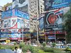 Poluição visual é o excesso de elementos ligados à comunicação visual (como cartazes, anúncios, propagandas, banners, totens, placas, etc) dispostos em ambientes urbanos, especialmente em centros comerciais e de serviços.   </br></br> Palavras-chave: Poluição visual. Ambientes Urbanos. Cidades. Comunicação Visual. Consumo.