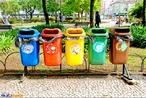 Coleta Seletiva é um sistema de recolhimento de materiais recicláveis previamente separados na fonte geradora. Cores padronizadas da coleta seletiva: Azul: papel e papelão, Vermelho: plástico, Verde: vidro, Amarelo: metal, Preto: madeira, Laranja: resíduos perigosos, Branco: serviços ambulatoriais e de saúde, Roxo: resíduos radioativos, Marrom: resíduos orgânicos, Cinza: resíduo geral não-reciclável ou misturado, ou contaminado não-passível de separação.  </br></br> Palavras-chave: Dimensão Socioambiental. Econômica. Demográfica e Cultural do Espaço Geográfico. território. Região. Lugar. Lixo. Aterro Sanitário. Coleta Seletiva. Reciclagem. Consumismo.
