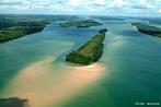O Rio Paraná é formado pela união dos rios Paranaíba e Grande. Ele é o segundo rio em extensão na América do Sul e o décimo do mundo em vazão. Nasce entre os estados de São Paulo, Minas Gerais e Mato Grosso do Sul. Em seu percurso, banha também o estado do Paraná, adquirindo uma extensão total de 3.998 km. O rio Paraná demarca a fronteira entre Brasil e Paraguai numa extensão de 190 km até à foz do rio Iguaçu. </br></br>  Palavras-chave: Fronteira. Território. Rio Paraná. Rio Paranaíba. Rio Grande. Rio. Brasil. Paraguai. América do Sul. São Paulo. Minas Gerais. Mato Grosso do Sul. Hidrografia. Bacia Hidrográfica. Energia Elétrica. Itaipu Binacional.