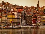 A Ribeira � um dos locais mais antigos e t�picos da cidade Porto, em Portugal. Localizada na freguesia de S�o Nicolau, junto ao Rio Douro, faz parte do Centro Hist�rico do Porto, Patrim�nio Mundial da Unesco. </br></br> Palavras-chave: Ribeira. Portugal. Cidade. Unesco. Urbaniza��o. Ocupa��o das Margens de Rios.