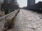 O rio Mapocho possui 110 km de comprimento, nasce na cidade de Lo Barnechea. Flui de leste a oeste, passando pelas cidades de Prov�ncia, Santiago e Maip�. Deixa a cidade de Santiago e dirigi-se a sudoeste. Encontra-se com o Rio Maipo que desemboca no Oceano Pac�fico, pr�ximo a cidade costeira de Llolleo, localizada a aproximadamente 70 km ao sul de Valpara�so. </br></br> Palavras-chave: Rio Mapocho. Canaliza��o. Chile. Polui��o. Hidrografia.