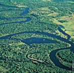 O rio Negro é o maior afluente da margem esquerda do rio Amazonas, o mais extenso rio de água negra do mundo, e o segundo maior em volume de água — atrás somente do Amazonas, o qual ajuda a formar. Tem sua origem entre as bacias do rio Orinoco e Amazônica, e também conecta-se com o Orinoco através do canal de Casiquiare. Na Colômbia, onde tem a sua nascente, é chamado de rio Guainia.  </br></br>  Palavras-chave: Dimensão Demográfica. Socioambiental. Território. Lugar. Região. Rio Negro. Região Amazônica. Hidrografia. Bacia Hidrográfica.