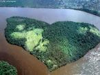 O rio Orinoco é um dos principais rios da América do Sul, e tem a terceira maior bacia hidrográfica neste continente, cobrindo uma área de 948.000 km². É o principal rio da Venezuela, abrangendo quatro quintos do território do país, que percorre sinuosamente por 2.740 km. Além da Venezuela, a bacia do Orinoco abrange um quarto do território da Colômbia. A sua nascente é na serra Parima, no sul da Venezuela, próximo da fronteira do Brasil, a uma altitude de 1.047 m. </br></br> Palavras-chave: Rio Orinoco. Venezuela. América do Sul. Colômbia. Brasil. Serra Parima. Hidrografia.