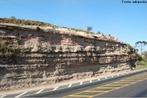A região da Serra do Cadeado, norte do Paraná, encerra importantes afloramentos de rochas paleozóicas e mesozóicas, no contexto das unidades litoestratigráficas que compõem a Bacia do Paraná. As localidades fossilíferas dessa região, associadas à Formação Rio do Rasto, por exemplo, forneceram um dos mais importantes registros paleontológicos do Permiano Superior na América do Sul.  </br></br>  Palavras-chave: Dimensão Socioambiental. Econômica. Demográfica e Cultural do Espaço Geográfico. Território. Lugar. Região. Rochas basálticas. Estratigrafia. Serra do cadeado. afloramentos.