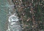 Imagem de <em>Sri Lanka</em>, durante o <em>tsunami</em> ocorrido em 2004. </br></br><em>Tsunami</em> É uma onda ou uma série delas que ocorrem após perturbações abruptas que deslocam verticalmente a coluna de água, como, por exemplo, um sismo, atividade vulcânica, abrupto deslocamento de terras ou gelo ou devido ao impacto de um meteorito dentro ou perto do mar.  </br></br> Palavras-chave: Maremoto. Terremoto. Atividades Vulcânicas. Movimento de Placas. Destruição. Desastre Natural.