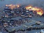 Em Março de 2011, o Japão foi atingido pelo maior terremoto de sua história, com magnitude de 8,9 graus na escala <em>Ritcher</em>, segundo o Centro de Estudos Geológicos dos Estados Unidos (USGS). Ao tremor de terra, seguiu-se um tsunami formado no Pacífico com ondas de 10 metros de altura que varreram a costa nordeste. Navios e carros foram arrastados, casas e plantações, inundadas, e uma usina nuclear ficou em chamas. </br></br> Palavras - chave: Japão. Ásia. Escala Richter. Tsunami. Terremoto. Placas Tectônicas. Sismos. Acidente Nuclear.