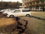 Consequências do violento terremoto de magnitude 8,8 na escala de <em>Richter</em> que sacudiu a costa nordeste do Japão. Na imagem, veículos são esmagados por uma estrada destruída em um parque de estacionamento em <em>Yabuki</em>, no sul da província de <em>Fukushima</em>. </br></br> Palavras-chave: Terremoto. Tsunami. Japão. Sendai. Sismos. Maremotos. Tóquio. Epicentro. Placas tectônicas. Abalos Sísmicos. Destruição. Acidente Nuclear.