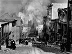 O terremoto que destruiu San Francisco em 1906 foi causado por um movimento súbito de até 6,4 metros na extremidade norte da falha de San Andreas, que possui aproximadamente 1.300 km. </br></br> Palavras-chave: Terremoto. Placas Tectônicas. Abalos Sísmicos. Falha de San Andreas. San Francisco.