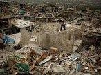 No dia 12 de janeiro de 2010, um forte terremoto de magnitude 7,0� na escala <em>Richter</em> atingiu o Haiti matando 250 mil pessoas e deixando cerca de 1,5 milh�o desabrigadas. O epicentro foi a poucos quil�metros da capital, Porto Pr�ncipe, onde in�meros edif�cios foram destru�dos, incluindo o pal�cio presidencial, sede do governo. </br></br> Palavras-chave: Escala Richter. Terremoto. Placas Tect�nicas. Sismos. Haiti. Porto Pr�ncipe. Destrui��o. Pobreza.