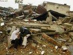 Em Mar�o de 2005, um forte terremoto de 8,7� na escala <em>Richter</em> atingiu a costa norte de Sumatra, matando 1,3 mil. Dezenas de milhares de pessoas entraram em p�nico e sa�ram �s ruas para escapar de poss�veis desabamentos; a agita��o durou quase tr�s minutos. O epicentro localizou-se a cerca de 33 km abaixo do leito marinho. </br></br> Palavras-chave: Escala Richter. Terremoto. Placas Tect�nicas. Sismos. Epicentro. Sumatra.