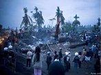 Em Outubro de 2010, um <em>tsunami</em> provocado por um terremoto de 7,7º de magnitude atingiu as Ilhas de <em>Mentawai</em>, na Indonésia, próximas à costa de <em>Sumatra</em>. Poucas horas depois, outra tragédia, o vulcão mais ativo do país, o Monte Merapi, entrou em forte atividade. Cinzas e chamas cobriram ilhas inteiras. Juntas, a erupção vulcânica e a <em>tsunami</em> mataram mais de 500 pessoas. </br></br> Palavras-chave: Indonésia. Ásia. Ilhas de Mentawai. Escala Richter. Tsunami. Terremoto. Placas Tectônicas. Sismos. Vulcão. Magma. Lava.