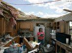 A palavra tornado veio da palavra espanhola <em>Tornada</em>, que significa tempestade. Tornados geralmente têm um tempo de vida de alguns minutos e raramente duram mais do que uma hora, e são menores que os furacões. É um fenômeno caracterizado por ventos ciclônicos que giram com uma velocidade muito grande em volta de um centro de baixa pressão. Ele ocorre com a chegada de frentes frias, em regiões onde o ar está mais quente e instável. A imagem mostra moradora de <em>Millbury</em>, no estado americano de <em>Ohio</em>. Sua casa foi destruída por um tornado que conteceu no início de junho de 2010. </br></br> Palavras-chave: Tornado. Desastres Naturais. Tempestade. Meteorologia.