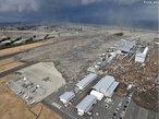 Consequências do violento terremoto de magnitude 8,8º na escala <em>Richter</em> que sacudiu a costa nordeste do Japão. Na imagem a <em>tsumani</em> que atingiu o aeroporto de <em>Sendai</em>, no norte do Japão. </br></br> Palavras-chave: Terremoto. Tsunami. Japão. Sendai. Sismos. Maremotos. Tóquio. Epicentro. Placas Tectônicas. Abalos Sísmicos.